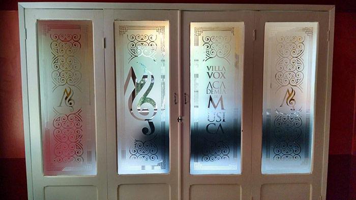 Visão das portas de vidro adesivadas