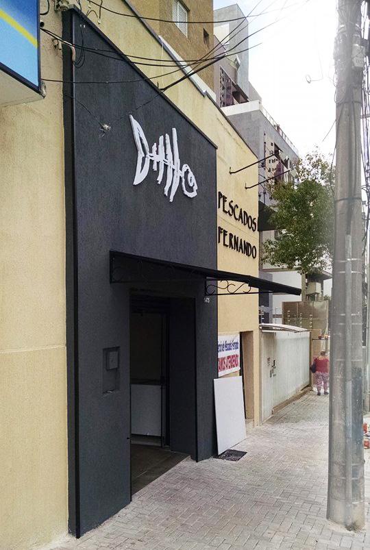 Letras em relevo na fachada